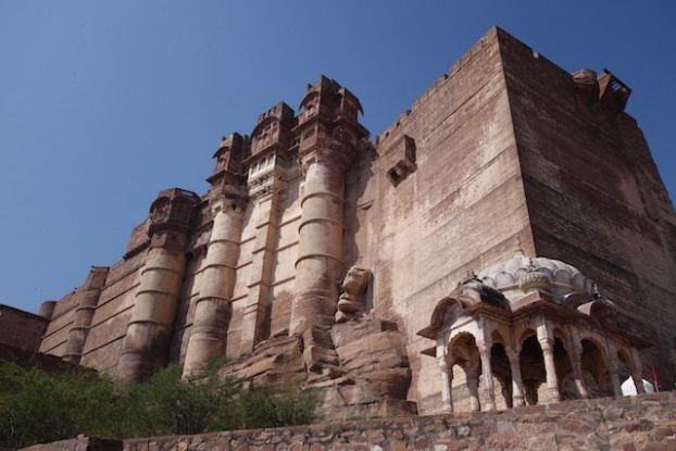 Jodhpur dans le Rajastahn avec son chef d'oeuvre à savoir la citadelle Mehrangarh gravé dans la monatgne photo blog voyage tour du monde https://yoytourdumonde.fr