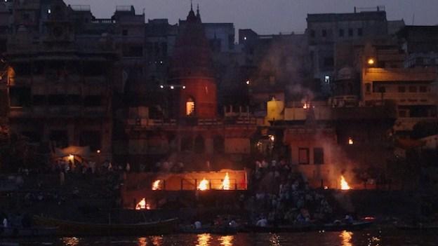 Manikarnika Ghat est ouvert de jour comme de nuit depuis la nuit des temps ou les hindouistes sont incinérés. Photo blog voyage tour du monde https://yoytourdumonde.fr