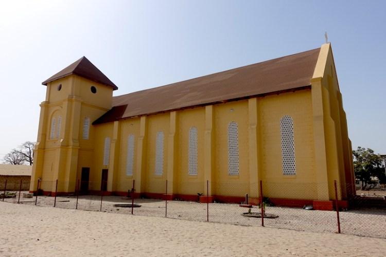 L'église de style bretonne de Carabane en Afrique au Sénégal photo blog voyage tour du monde https://yoytourdumonde.fr