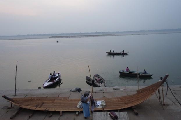 Le gange du coté de Varanasi photo blog voyage tour du monde https://yoytourdumonde.fr