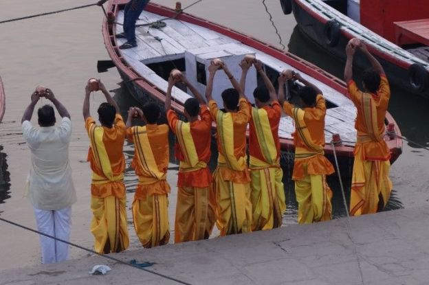 Assi ghat à Varanasi en Inde. Photo blog voyage tour du monde https://yoytourdumonde.fr