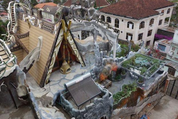 Vietnam - Dalat: Tentez de trouver les angles droit du coté du Crazy Hotel de Dalat... Pas facile comme petit jeu.