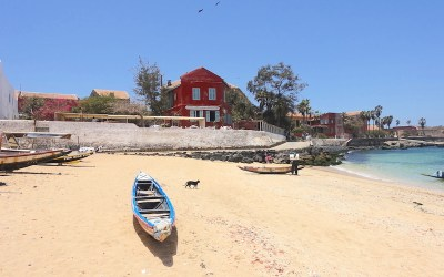 Entre plage et histoire l'ile de Gorée au Sénégal est d'une beauté incroyable. Photo blog voyage tour du monde http://yoytourdumonde.fr