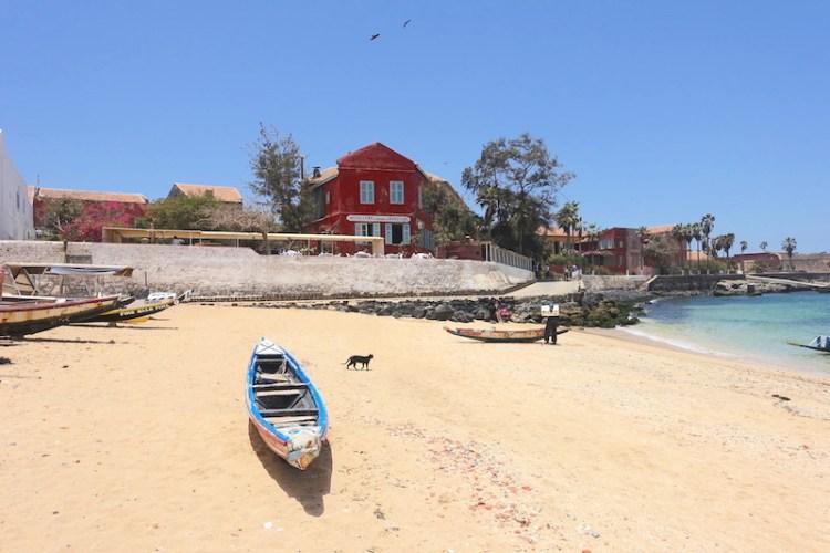 Entre plage et histoire l'ile de Gorée au Sénégal est d'une beauté incroyable. Photo blog voyage tour du monde https://yoytourdumonde.fr