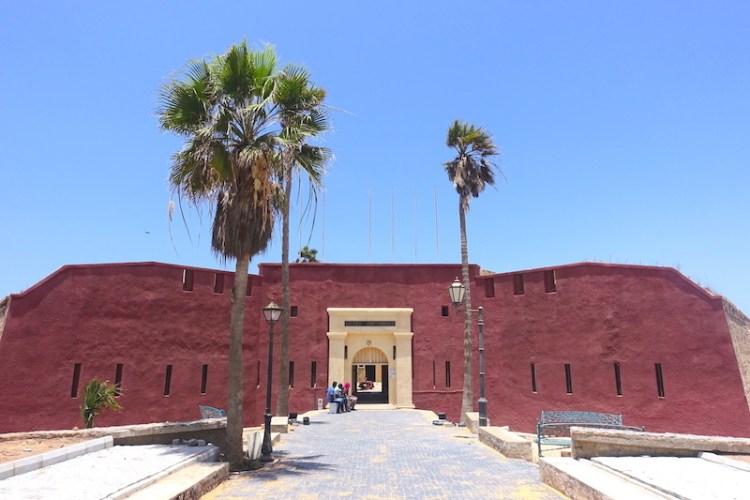 Monumental entrée du musée historique du Sénégal et de Gorée. Photo blog voyage tour du monde https://yoytourdumonde.fr