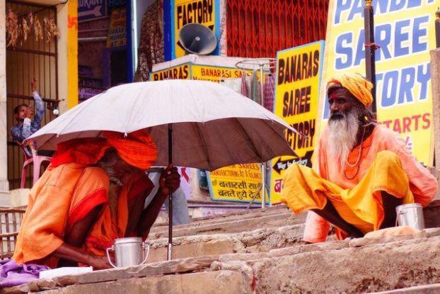 Photo de pretres ou Brahman du coté de Varanasi. Photo blog voyage tour du monde https://yoytourdumonde.fr
