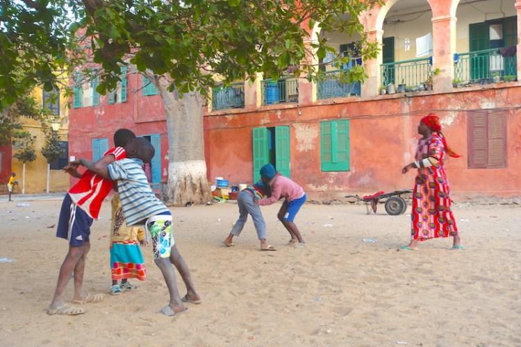 Le musée de la femme est un musée à faire sur l'ile de Gorée, l'un des immanquables. Photo blog voyage tour du monde sénégal https://yoytourdumonde.fr
