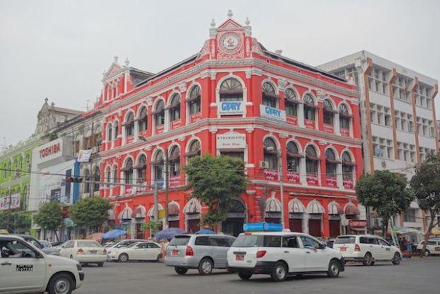 Birmanie son ancienne capitale rangoon ou yagon merite un ravalement des façades des batiments coloniaux photo blog tour du monde https://yoytourdumonde.fr