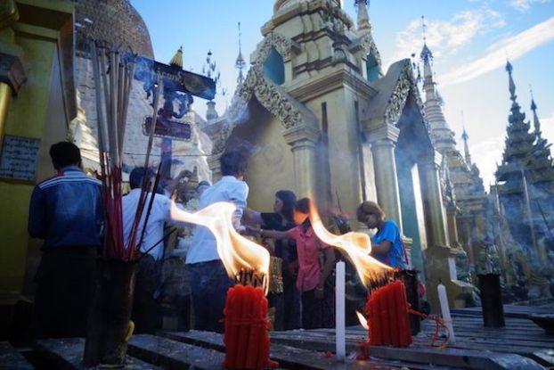 C'est tres tot le matin qu'il vous faut visiter la La Pagode Shwedagon il n'y a pas de touriste et l'entrée est gratuite de là vous pouvez voir voir toute la ferveur du bouddhisme en birmanie et myarnmar photo blog voyage tour du monde https://yoytourdumonde.fr