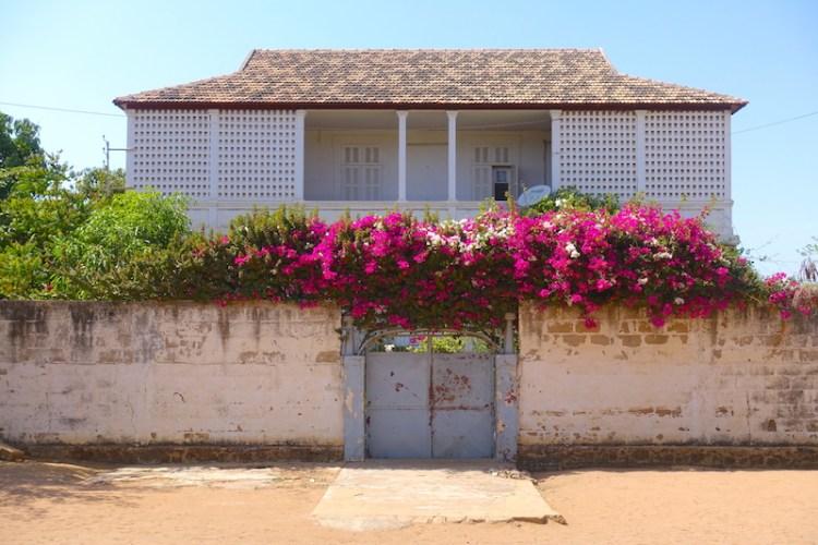 Superbe maison coloniale de Thiès photo blog voyage tour du monde https://yoytourdumonde.fr