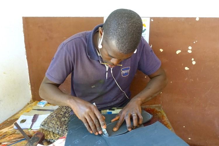 Rencontre avec des artisans au superbe marché artisanal de Thiès au Sénégal photo blog voyage tour du monde https://yoytourdumonde.fr