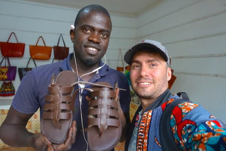 Je suis resté une journée entière au superbe marché artisanal de Thiès ou un artisan m'a fait des sandales de A a Z en cuir photo blog voyage tour du monde https://yoytourdumonde.fr