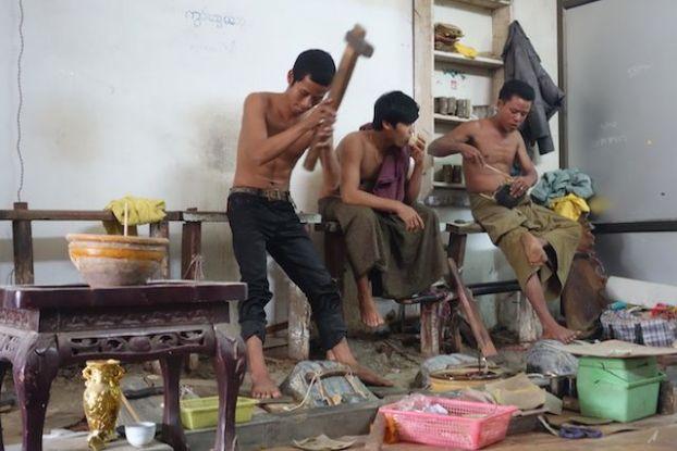 Des travailleurs en actions du coté du quartier de feuilles d'or à Mandalay, travail tres fatiguant photot blog voyage tour du monde https://yoytourdumonde.fr