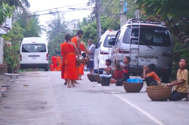 Laos luang prabang ceremonie aumone photo blog voyage tour du monde https://yoytourdumonde.fr