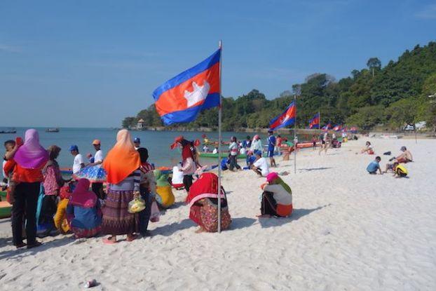 il y a une très belle plage à Kep au Cambodge. Et en plus aujourd'hui nous avons une course de bateau. A voir sur le blog https://yoytourdumonde.fr