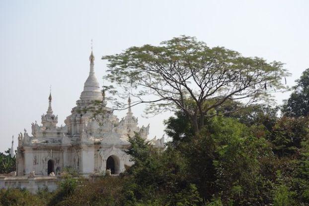 Un stupa du coté de l'ancienne capitale de Birmanie Inwa ou il ne reste presque plus rien de son age d'or photo blog voyage tour du monde https://yoytourdumonde.fr