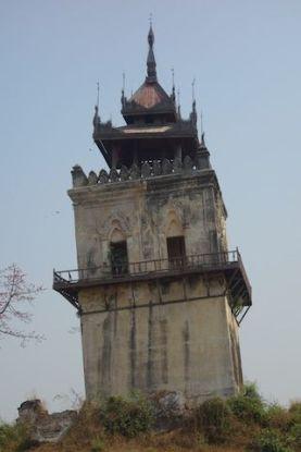 Vestige d'Inwa ancienne capitale de birmanie avec la tour du guet photo blog voyage tour du monde https://yoytourdumonde.fr