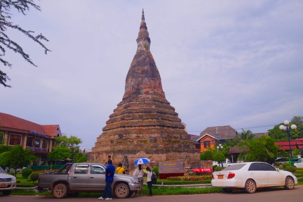 Black Stupa (That Dam) stupa noir vientiane laos photo blog voyage tour du monde https://yoytourdumonde.fr