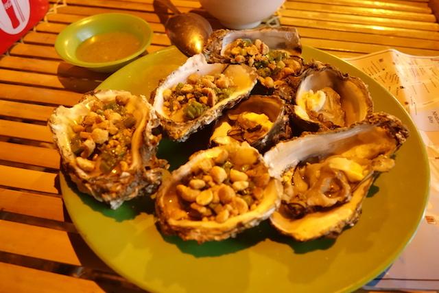 Vous pouvez manger pour moins de 4 euros dans la station balneaire de Naha Trang au Vietnam photo blog tour du monde https://yoytourdumonde.fr