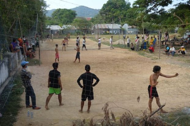 Les cambodgiens aiment jouer au volley ball. Article complet sur le blog https://yoytourdumonde.fr