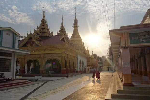 couché du soleil sur l'un des plus beaux temples de Monywa en bimanie ou myanmar photo blog voyage tour du monde http://yoytoudumonde.fr