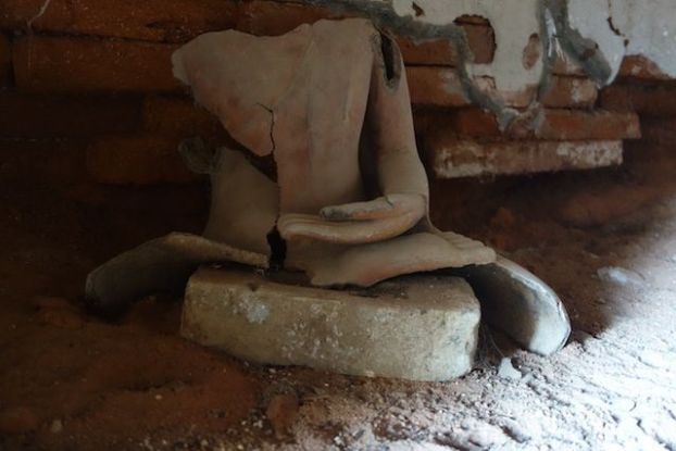 Bouddha cassé du coté des stupas et temples de Myint pres de Monywa en Birmanie ou Myanmar photo blog voyage tour du monde https://yoytourdumonde.fr