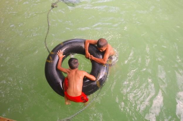 Des enfants font du tubing au Laos dans la commune de Vang Vian. Photo blog voyage tour du monde https://yoytourdumonde.fr