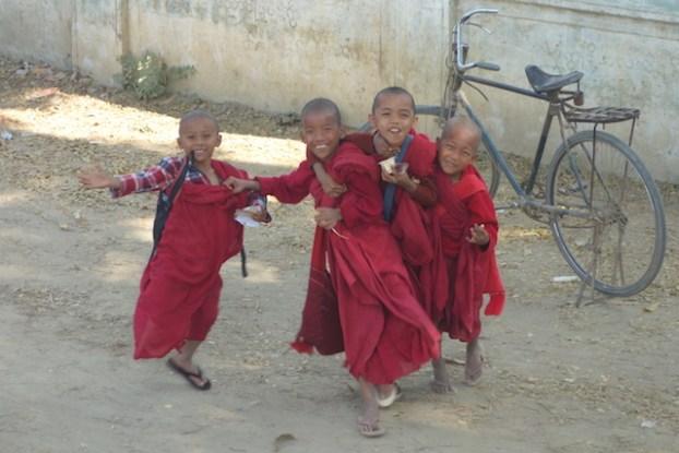 Dans la campagne de Birmanie pres de Monywa il y a de tres nombreux temples bouddhistes ou sortent des moines heureux photo blog voyage tour du monde https://yoytourdumonde.fr