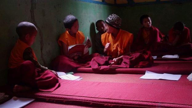 classe jeunes moines bouddhistes photo blog voyage tour du monde. https://yoytourdumonde.fr