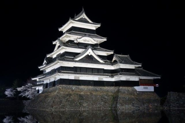 Chateau Matsumoto de nuit photo blog voyage tour du monde https://yoytourdumonde.fr