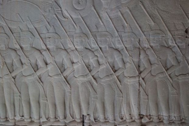 Une bataille represente sur un magnifique bas relief du temple d'Angkor Vat photo blog https://yoytourdumonde.fr