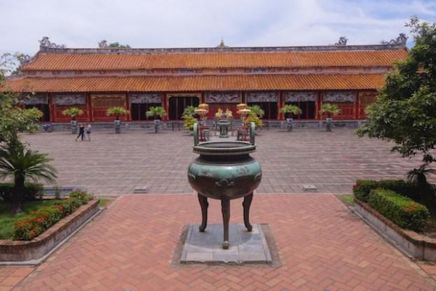 Temple du culte des Empereurs Nguyen à Hué au Vietnam photo blog voyage tour du monde https://yoytourdumonde.fr