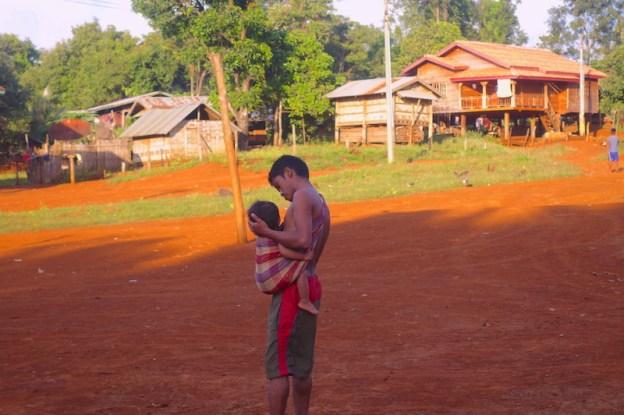 Les femmes font la cuisine et les hommes gardent les enfants au plateau des bolovens photo blog voyage tour du monde https://yoytourdumonde.fr