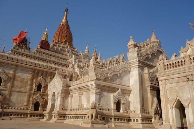 Temple de l'Ananda est l'un des temples les plus connu dans la cité archeologique de Bagan photo blog voyage tour du monde https://yoytourdumonde.fr