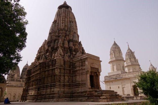 Il reste plus de 25 temples à decouvrir dans la ville de Khajuraho en Inde dont certaines stattues très erotique. Photo blog voyage tour du monde https://yoytourdumonde.fr