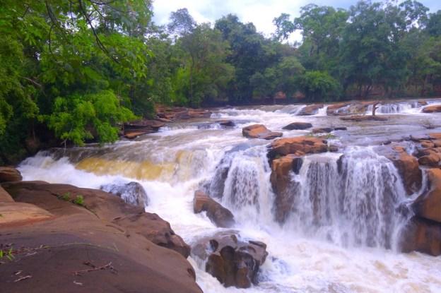 Laos: Cascade ou waterfall de Tad Champi au Plateau des Bolovens au Laos photo blog voyage tour du monde https://yoytourdumonde.fr