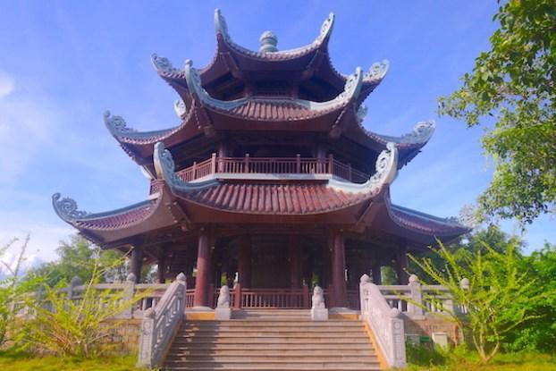 Temple bouddhiste pagode bai dinh dans la baie d'halong terrestre photo blog tour du monde https://yoytourdumonde.fr