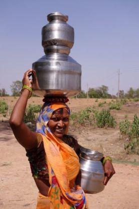 Il peut faire tres chaud à Khajuraho en Inde donc il faut enormement boire photo blog voyage https://yoytourdumonde.fr