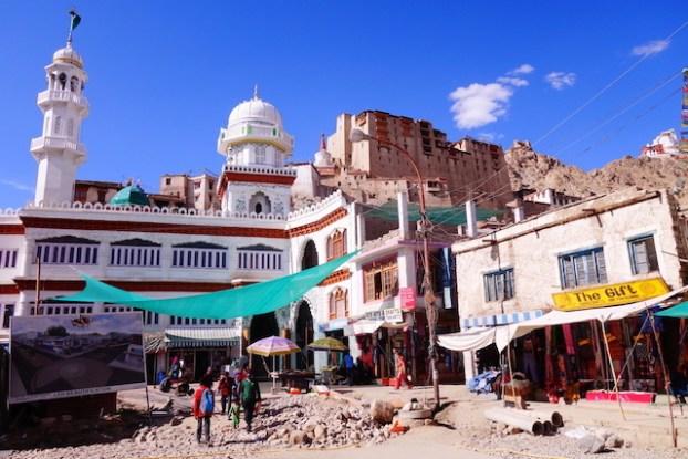 Ley et la capitale du Ladakh qui est aussi appellé petit tibet photo blog voyage tour du monde photo https://yoytourdumonde.fr