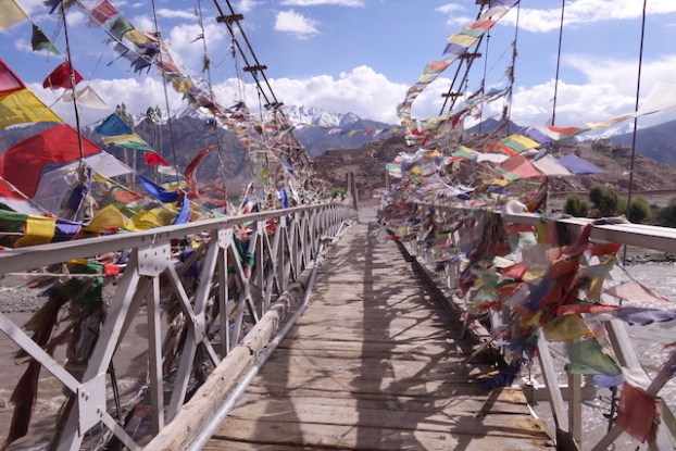 drapeaux tibétains à prieres sur les nombreux ponts du Ladakh photo blog voyage tour du monde https://yoytourdumonde.fr
