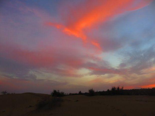 Lorsque le soleil se couche dans le desert de thar cela donne des couleurs à couper le souffle photo voyage tour du monde https://yoytourdumonde.fr