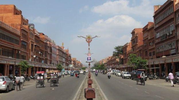 La ville rose Jaipur a une urbaniation revolutionnaire avec de larges avenue et construite en damier photo blog voyage tour du monde https://yoytourdumonde.fr