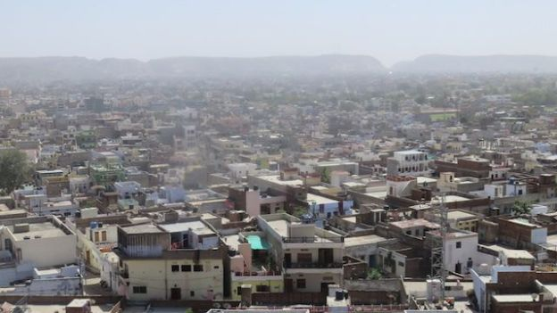 Le Iswari Minar Swarga Sal se dresse du haut de 35m pour voir une vision superbe de jaipur en inde photo voyage blog tour du monde https://yoytourdumonde.fr