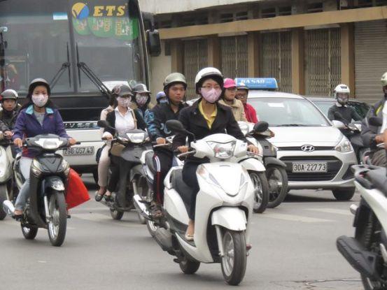 Hanoi-Vietnam: La moto est le vehicule numero un a Hanoi!