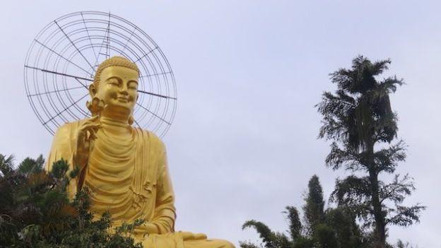 Vietnam - Dalat: Dans la périphérie de Dalat il y a de superbes pagodes ou temple. Ici un superbe Bouddha!
