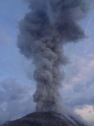 Eruption du volcan Santiaguito au Guatemala photo blog voyage tour du monde travel https://yoytourdumonde.fr