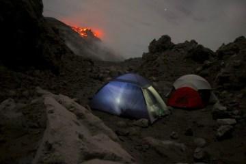 Le campement est proche du cratère Santiaguito ou vous allez voir des éruptions volcaniques et de la lave. Photo blog voyage tour du monde travel https://yoyturdumonde.fr