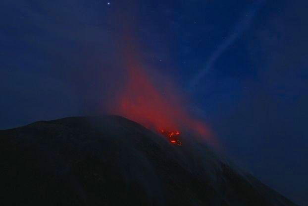 La lave sort du Volcan Santiaguito au Guatemala après une éruption volcanique. Photo blog voyage tour du monde travel https://yoytourdumonde.fr