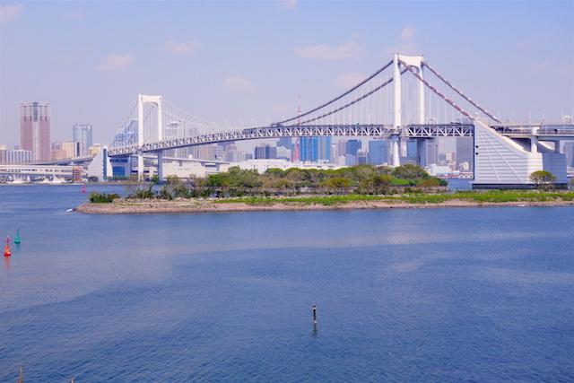 Le superbe pont qui relie le centre de Tokyo et l'ile de Minato. Photo blog voyage tour du monde https://yoytourdumonde.fr