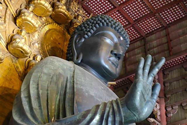 L'un des plus grands Bouddha en bronze du monde se trouve au Japon dans le temple deTemple de Todai-ji. Photo blog voyage tour du monde https://yoytourdumonde.fr